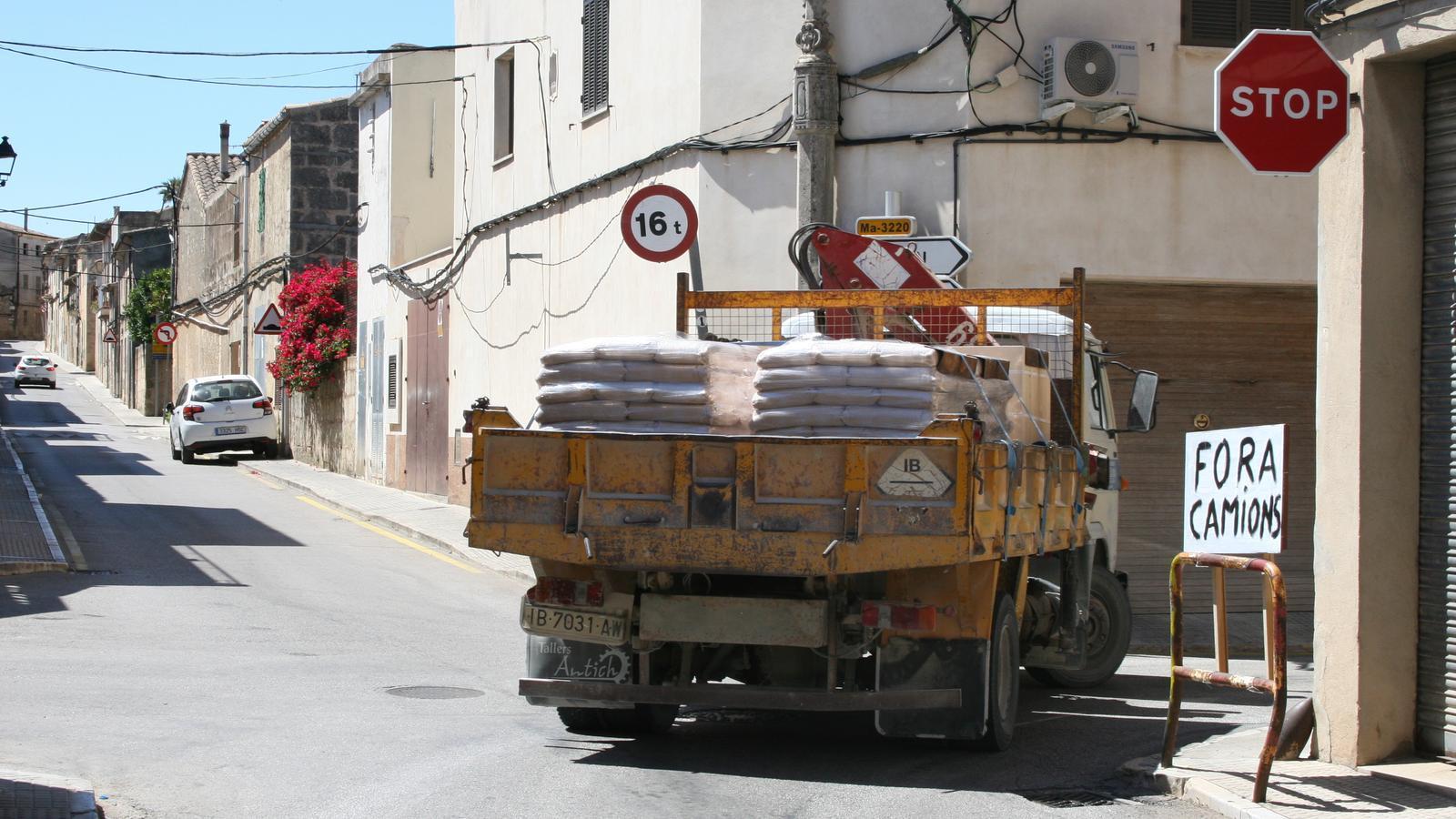 Accés a la carretera de Sant Joan des del carrer de la Creu.