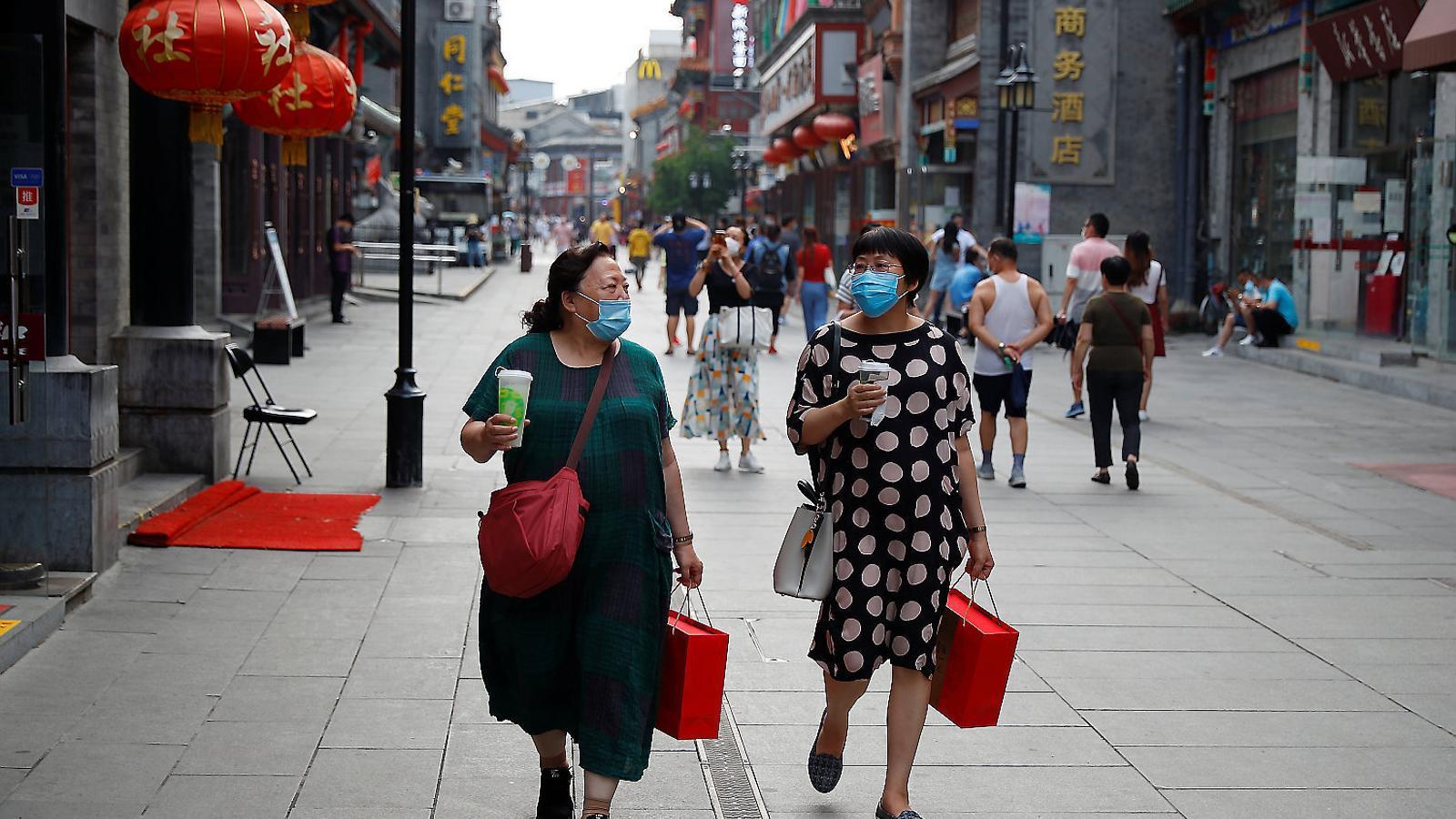 Dues dones amb mascareta de compres per Pequín.