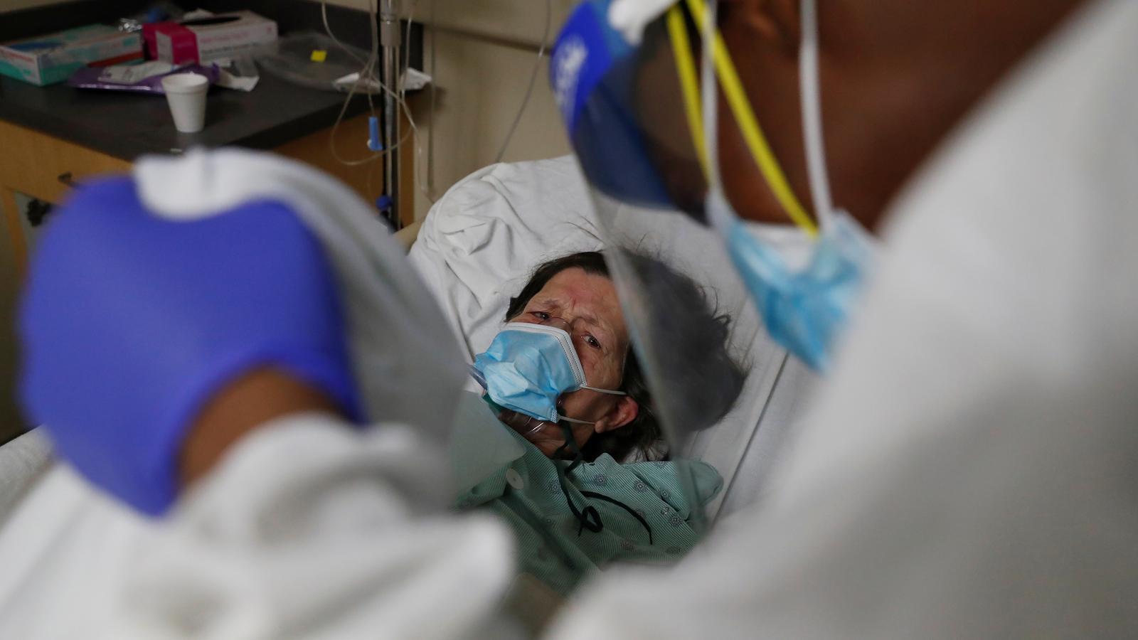 Una pacient de covid-19 és atesa en un hospital de Chicago