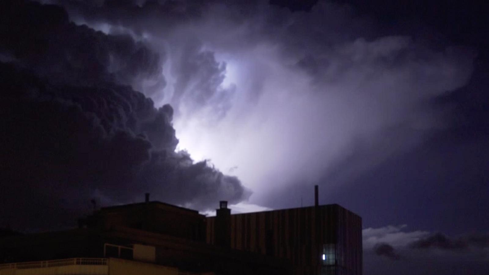 La tempesta captada des de Barcelona / POL TURRENTS