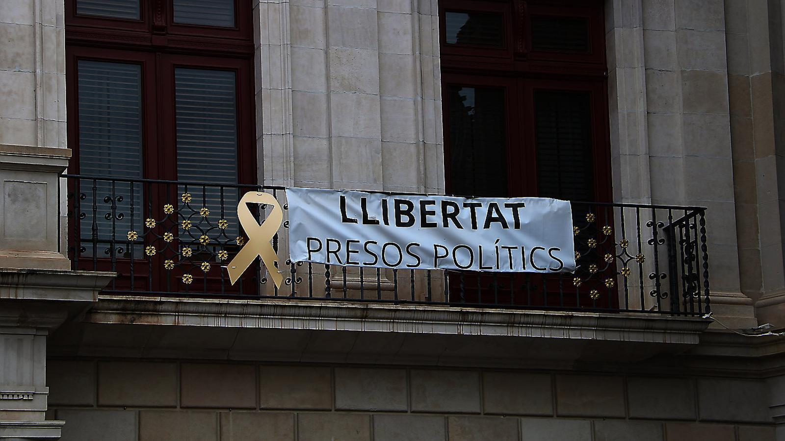 Denuncien dos regidors de Cs per treure una pancarta pels presos a l'Ajuntament de Reus