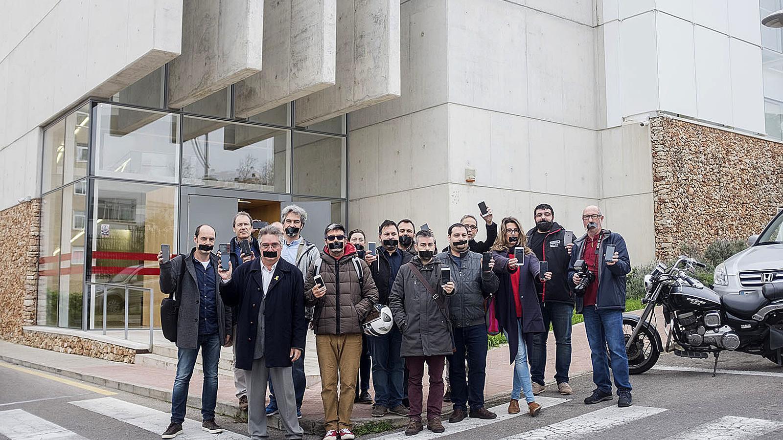 Imatge dels representants dels mitjans menorquins mostrant el mòbil per reivindicar els seus drets. / DAVID ARQUIMBAU