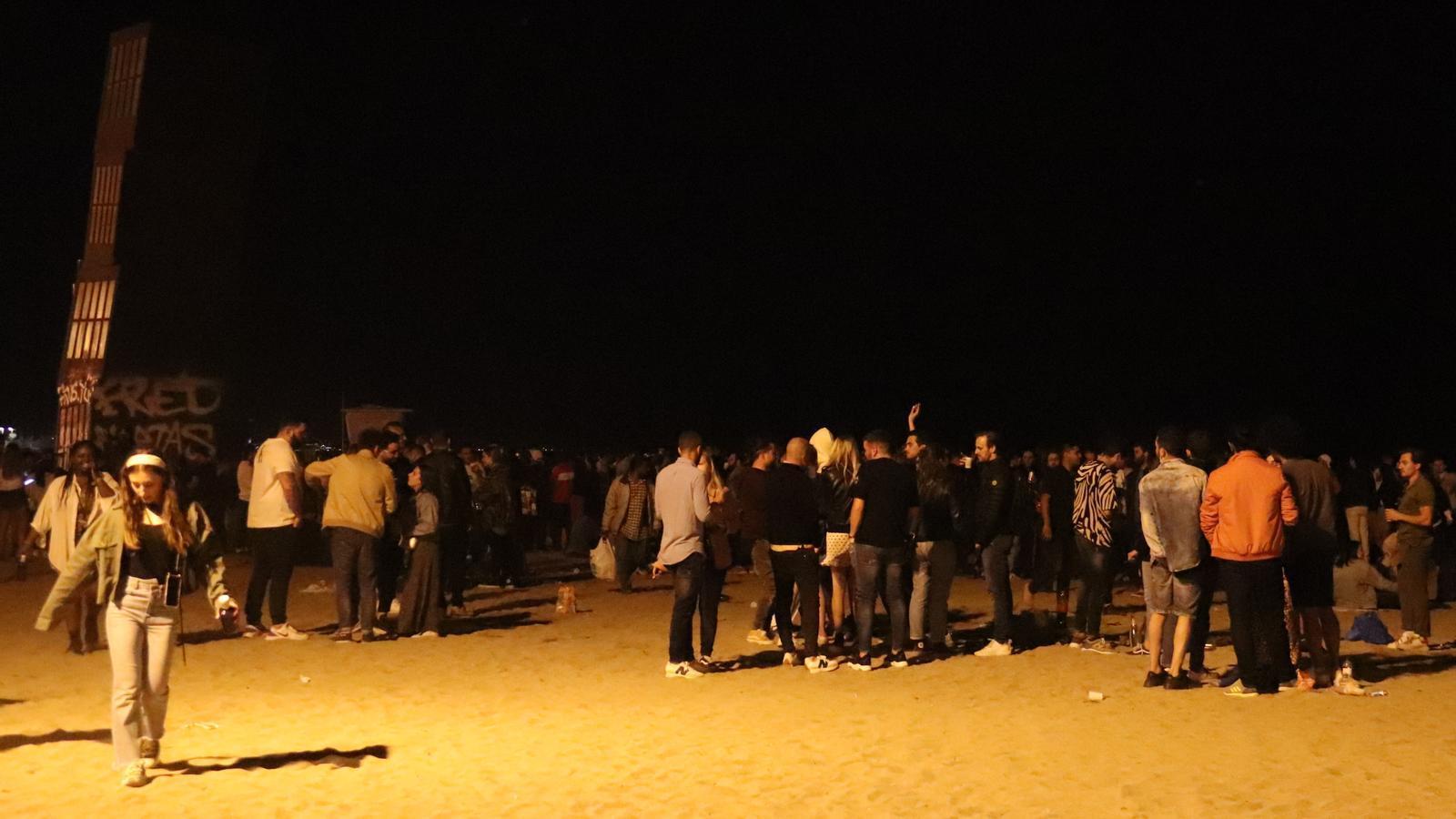 La platja de la Barceloneta plena de gent