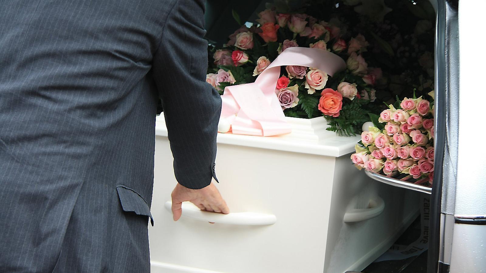 Una funerària troba amb vida una dona declarada morta.