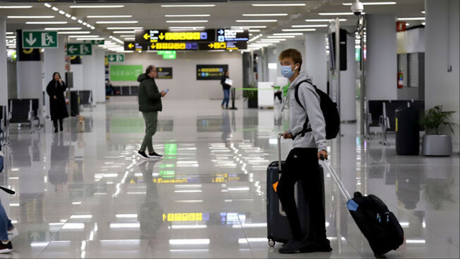 Un turista a l'aeroport de Palma.