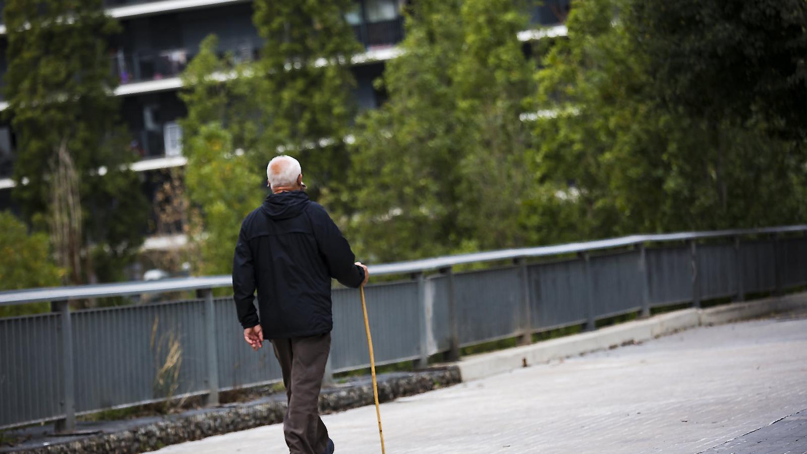 Un home jubilat passejant per Barcelona en una imatge d'arxiu.