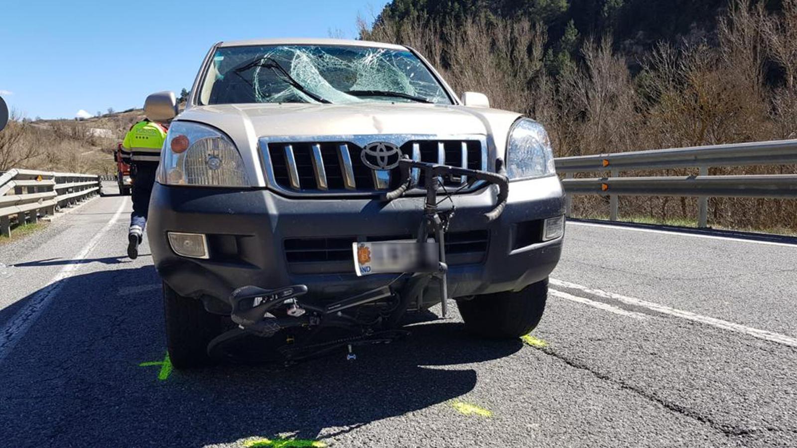 Estat en el que ha quedat el vehicle després que el conductor atropellés un ciclista. / ANA