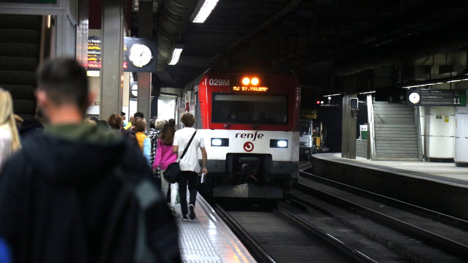 Un tren arribant a l'Estació de Sants
