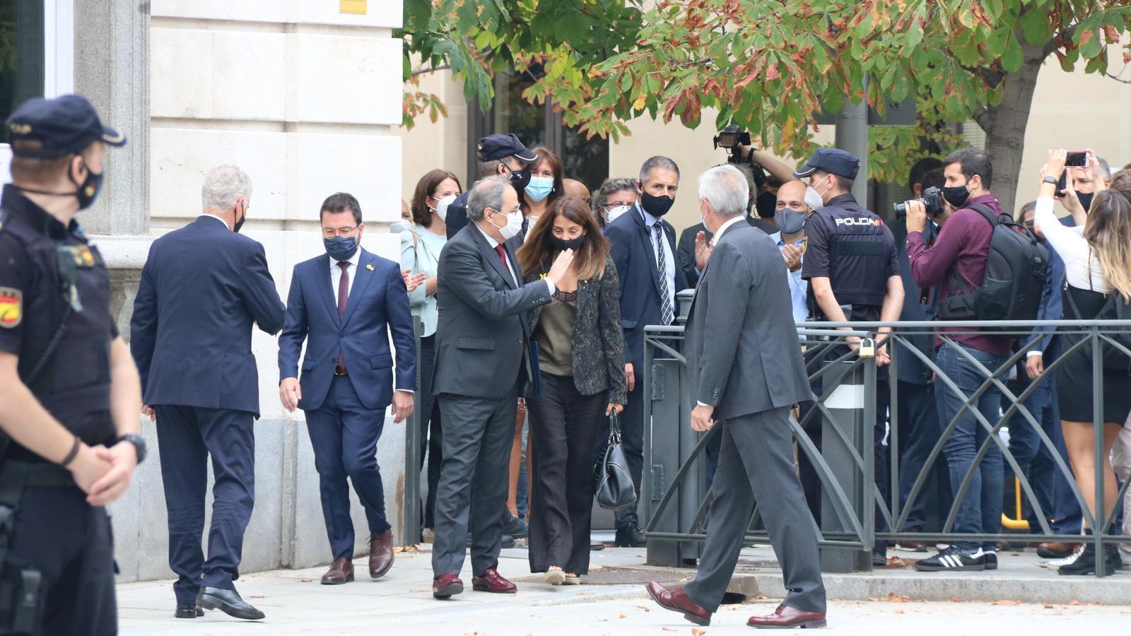 El president de la Generalitat, Quim Torra, s'acomiada de la comitiva que l'ha acompanyat