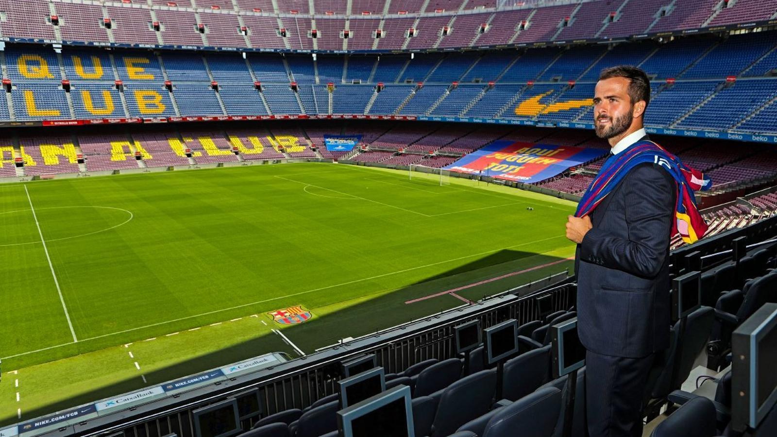 Pjanic després de signar el seu nou contracte al Camp Nou