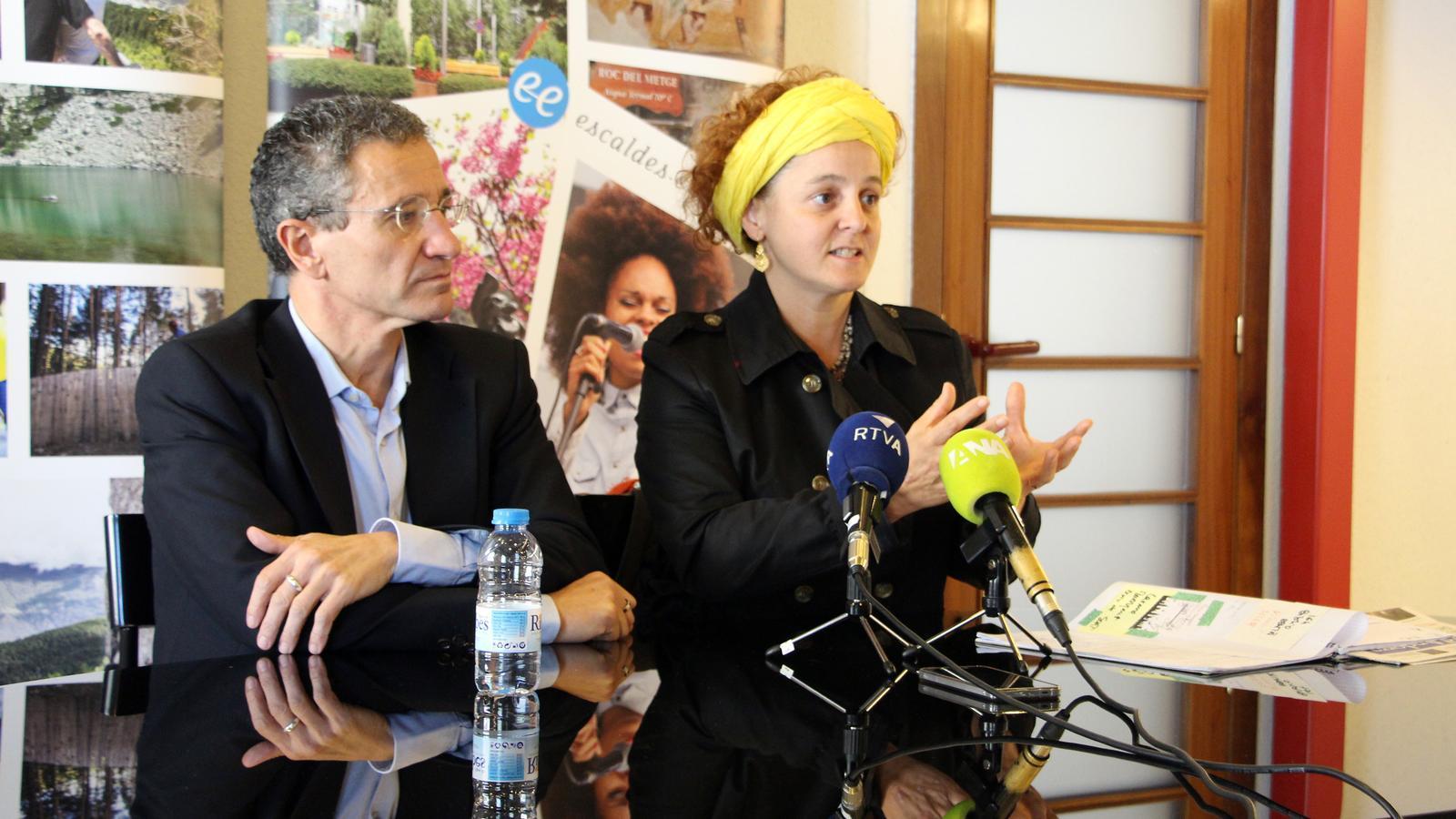 El conseller de Cultura del comú d'Escaldes-Engordany, Salomó Benchluch, i la directora artística del pessebre vivent, Ester Nadal, presenten l'espectacle. / C. G. (ANA)