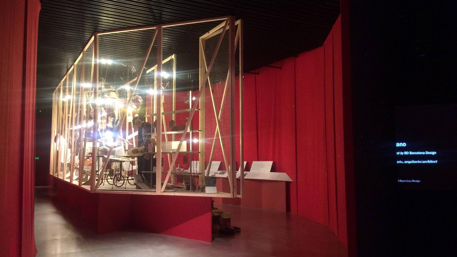 L'element principal de la mostra de Lluís Clotet com a guanyador del Premio Nacional d'arquitectura és una estructura que recorda un galliner i una barca / JAMLET