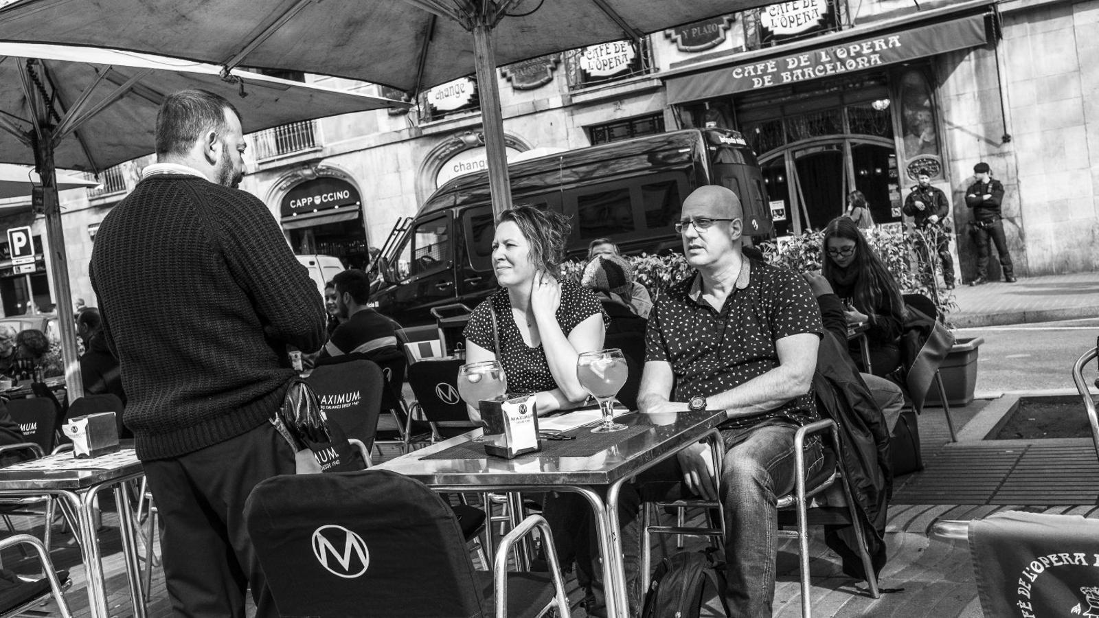 Uns turistes a la terrassa del Café de l'Òpera divendres al migdia