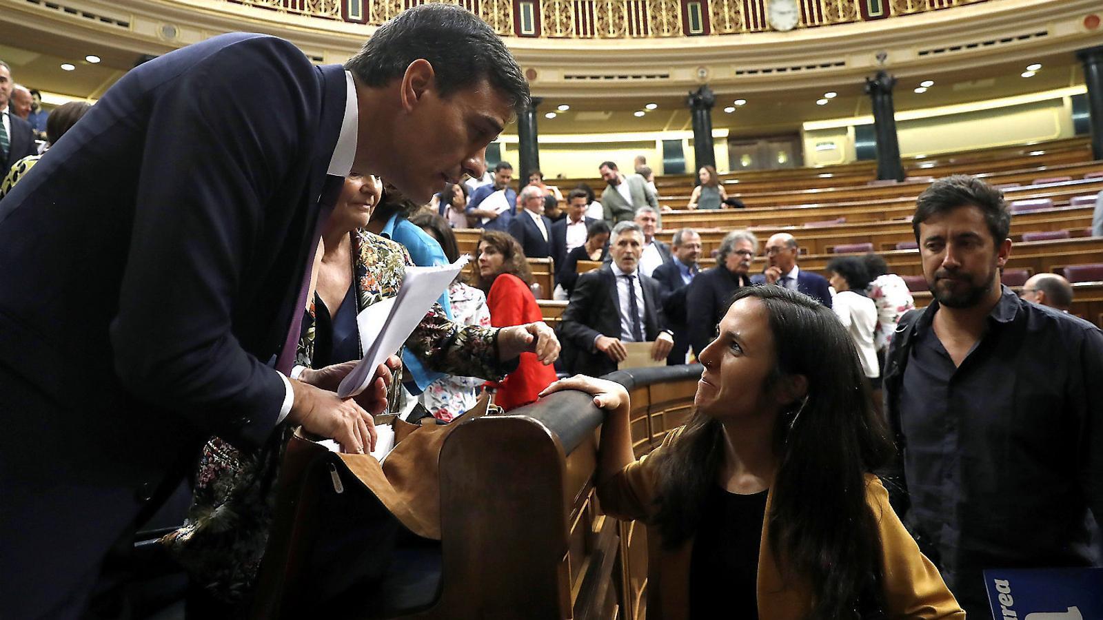 Pedro Sánchez, després de la seva compareixença al Congrés de dimarts, parlant amb dirigents de Podem.