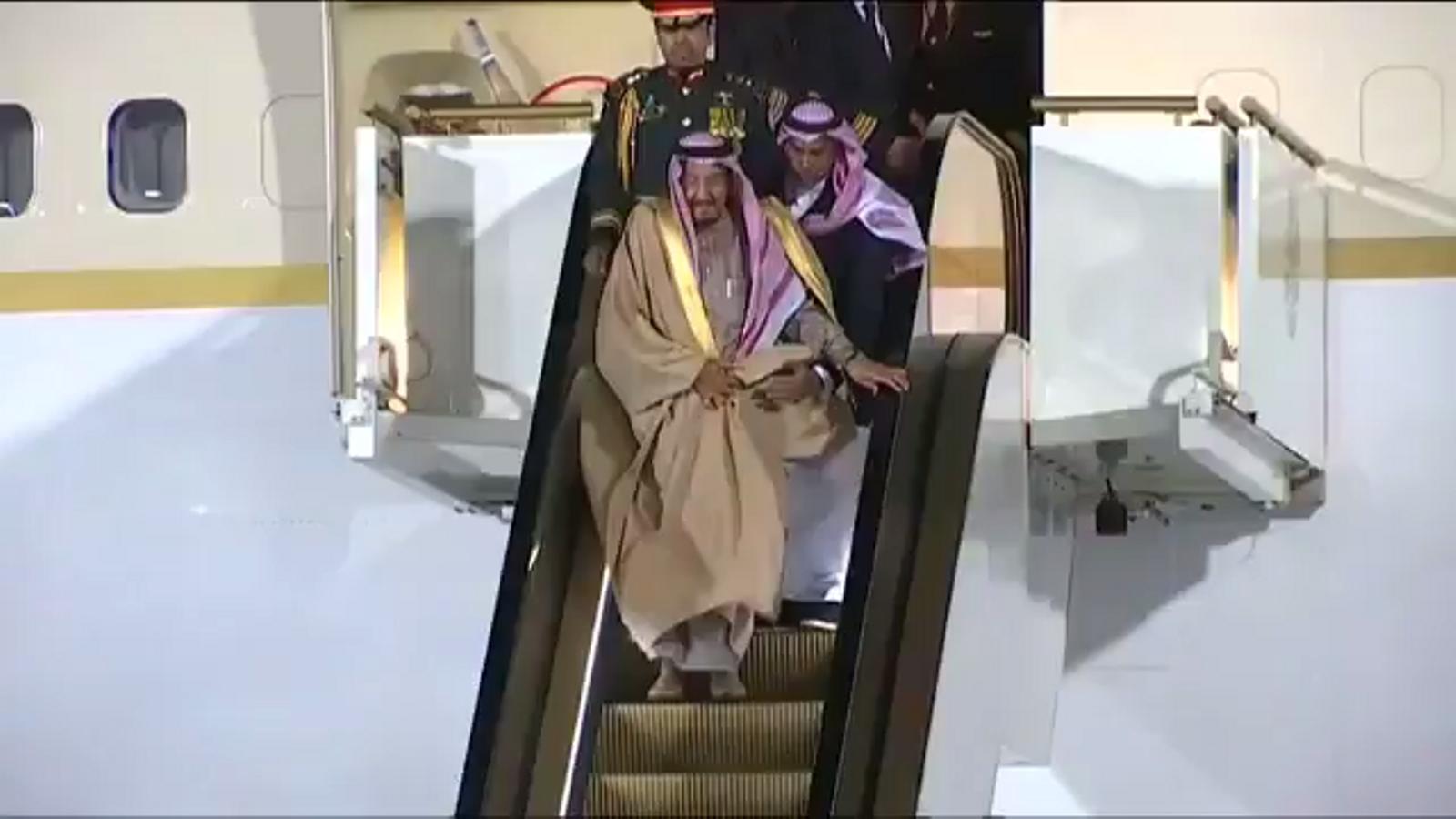 L'escala automàtica daurada del rei Salman va trencar-se pocs segons després de posar-se en marxa