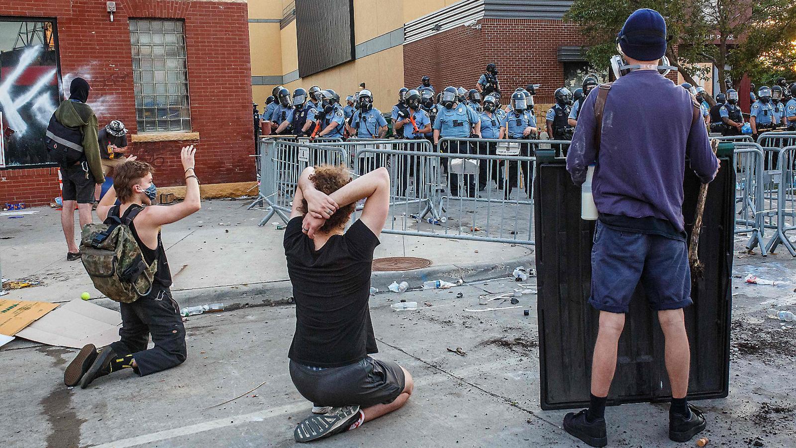 Punys alçats i genolls a terra per denunciar el racisme