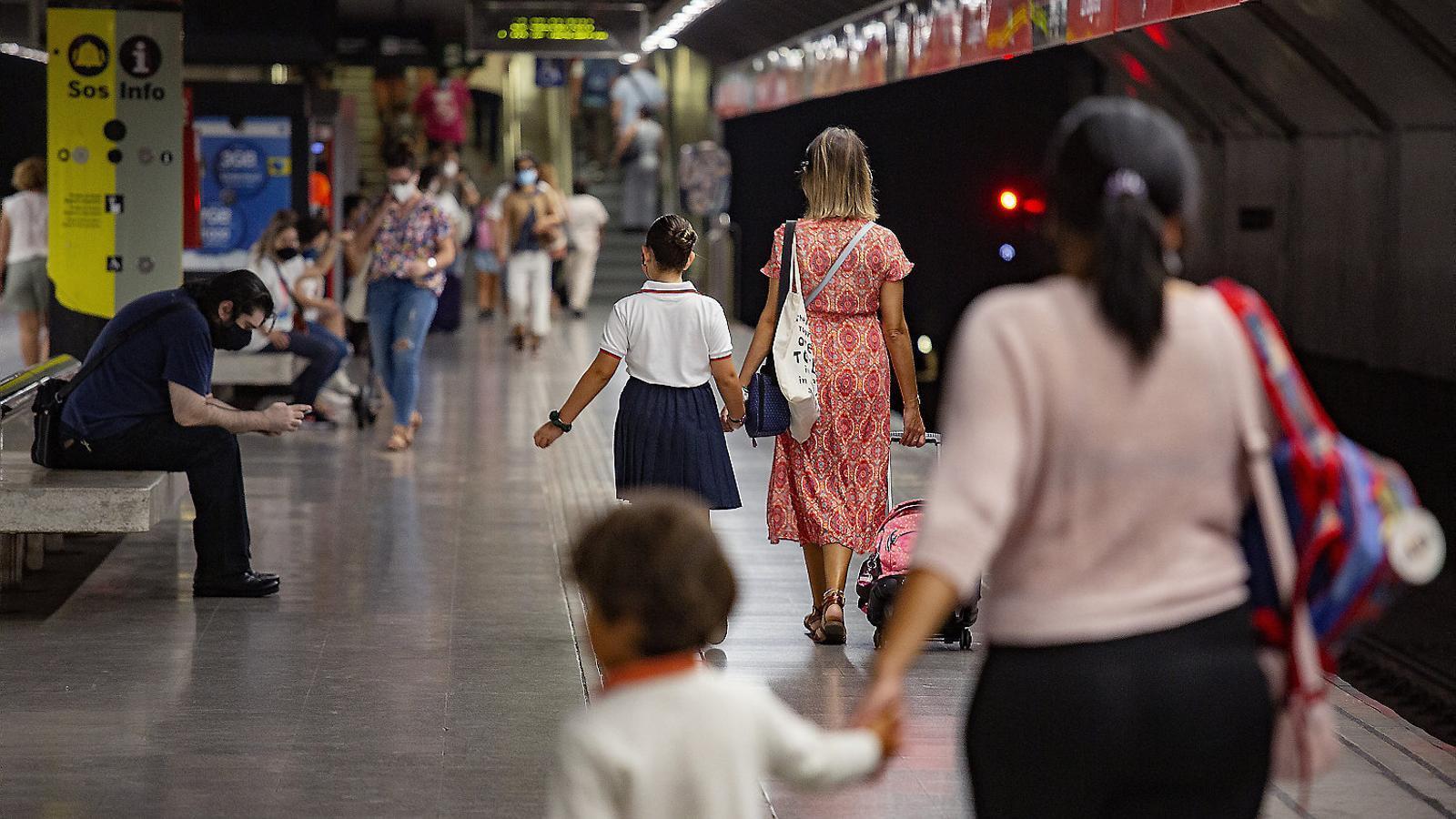Usuaris del metro aquest dijous a l'hora punta del matí a l'estació de La Sagrera.