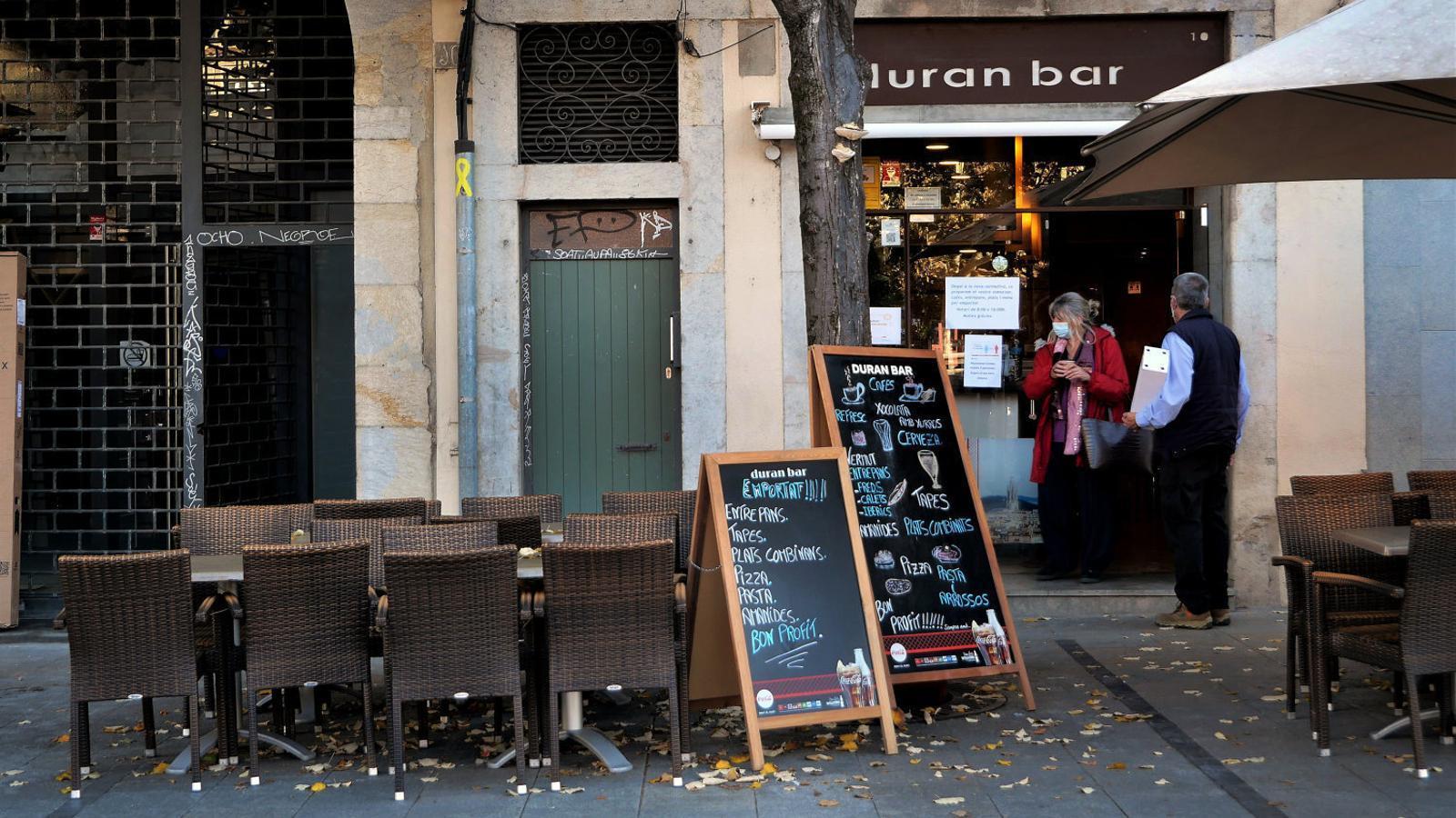 Un bar de la Rambla de Girona que fa menjar per emportar, ahir al matí.