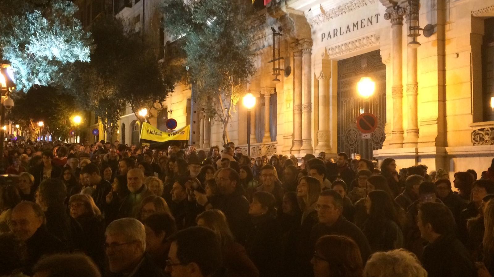 Milers de persones omplen la manifestació 'Volem acollir' de Palma.