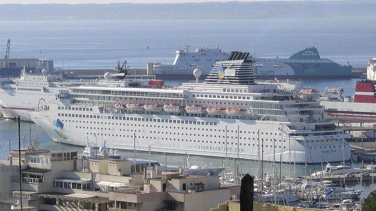 Els creuers cremen atracats a Palma quasi el mateix fuel a l'any que l'abocat pel Prestige, segons Terraferida