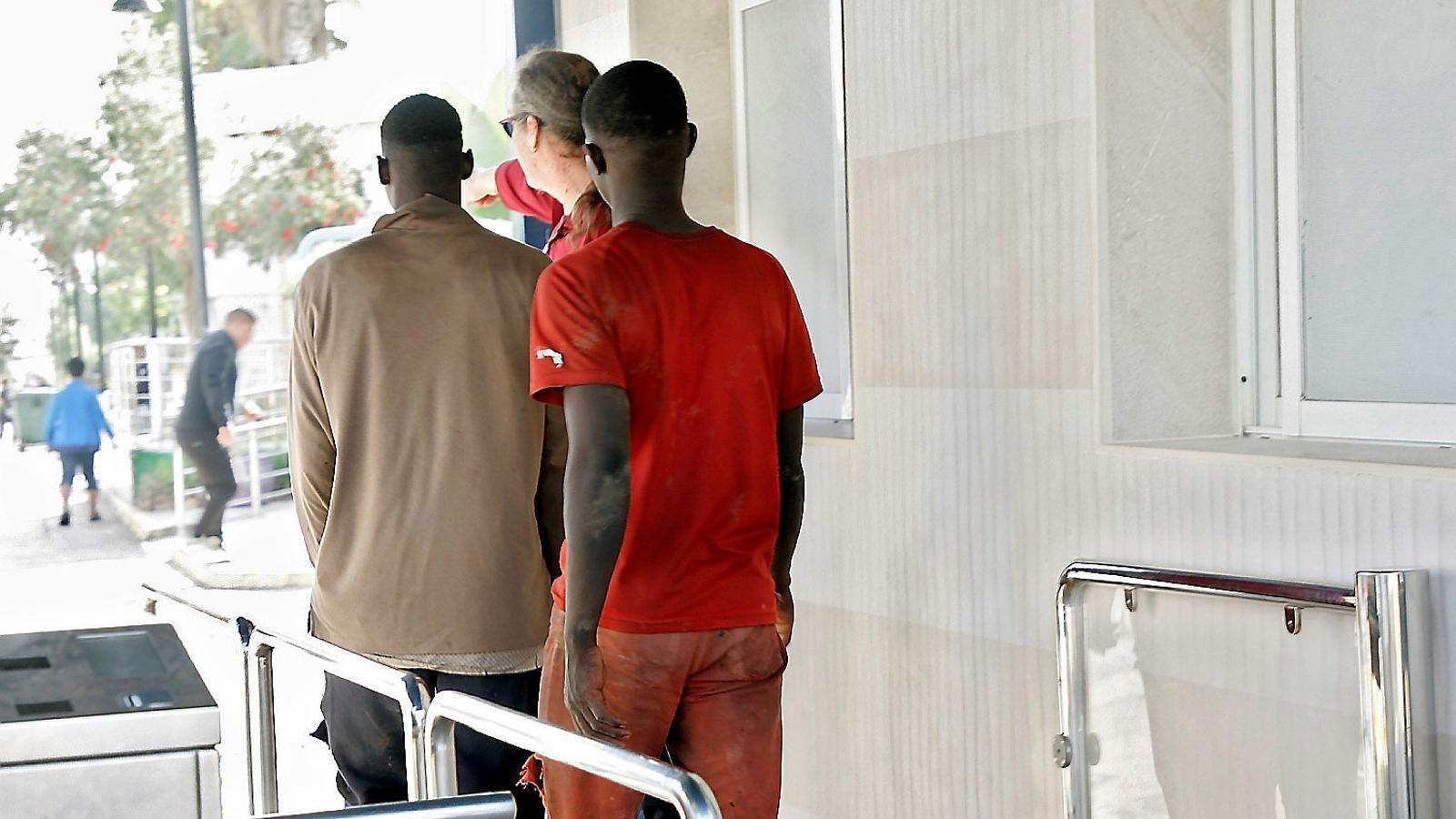 Joves subsaharians que van saltar ahir la tanca de Melilla arriben al centre d'estada temporal d'immigrants.