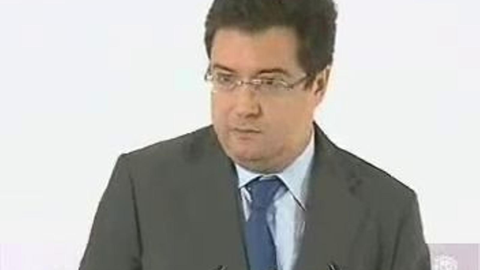 El coordinador de la campanya del PSOE, Óscar López, en blanc quan intenta recordar els tres arguments per votar Rubalcaba