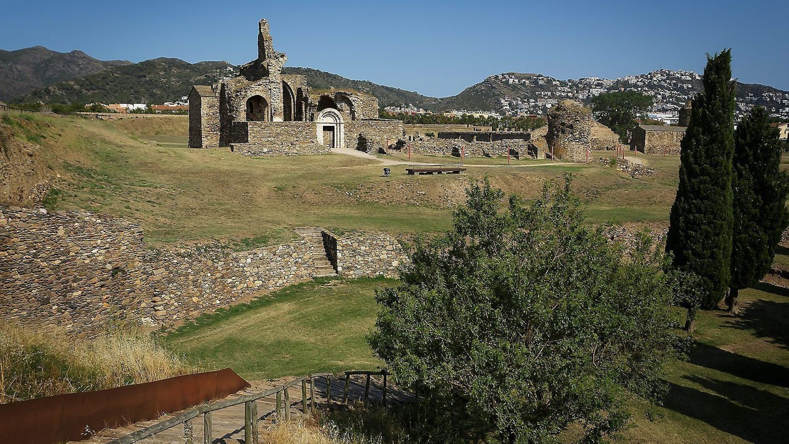 La situació geogràfica de Roses, i primer de la Ciutadella, ha marcat la història de la vila