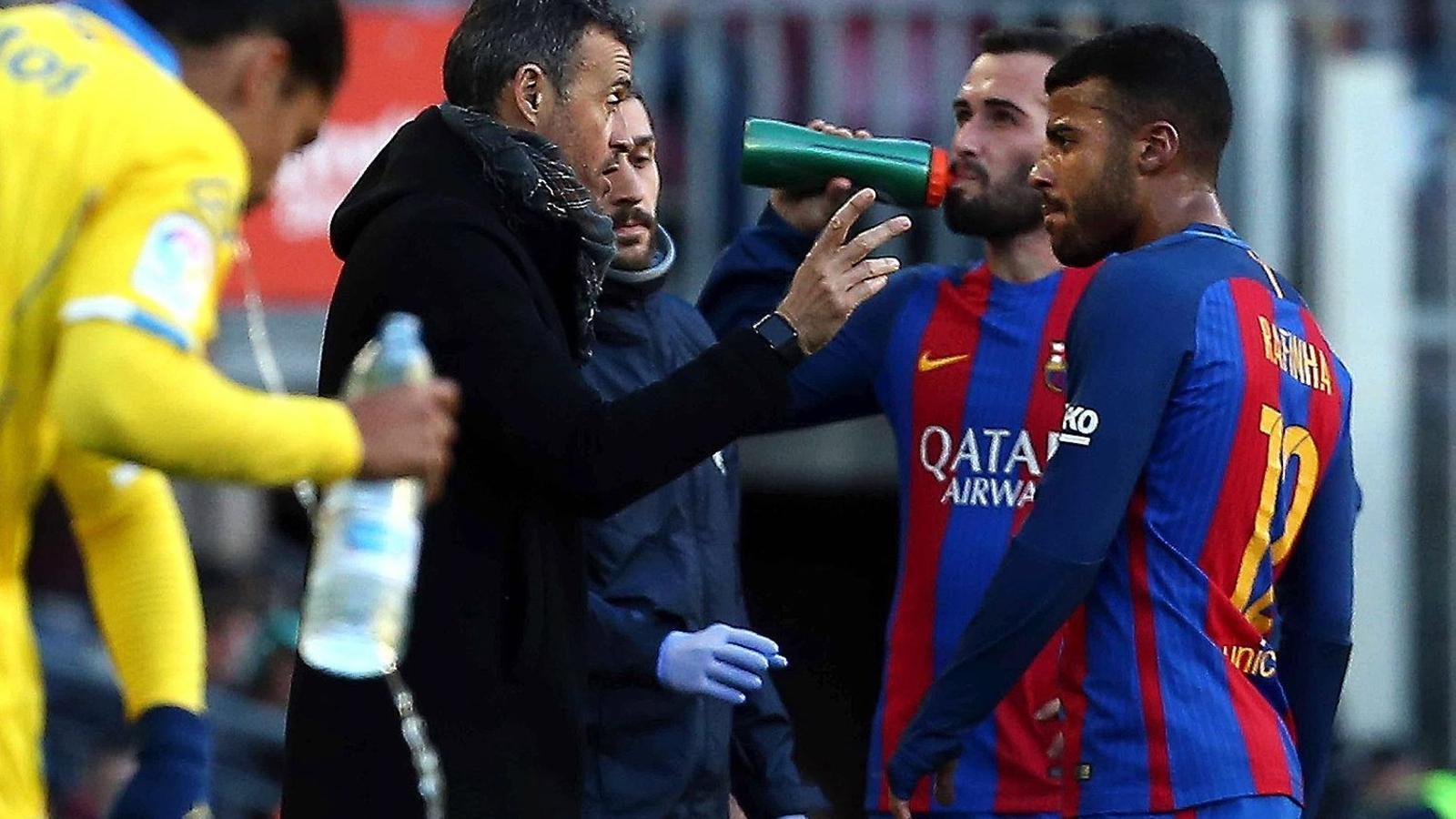 Luis Enrique aprofitant una interrupció del joc en el partit contra el Las Palmas per donar instruccions a Rafinha, un dels més destacats dissabte al Camp Nou, mentre Aleix Vidal beu.