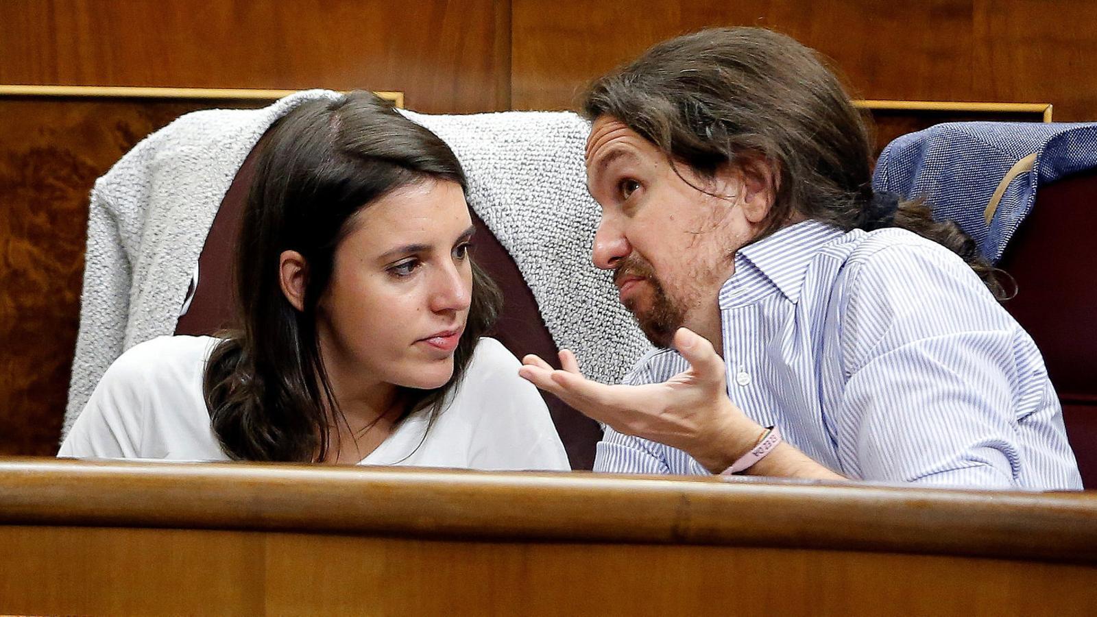 La portaveu de Podem al Congrés, Irene Montero, i el líder de la formació, Pablo Iglesias, conversant a la bancada de la cambra espanyola.