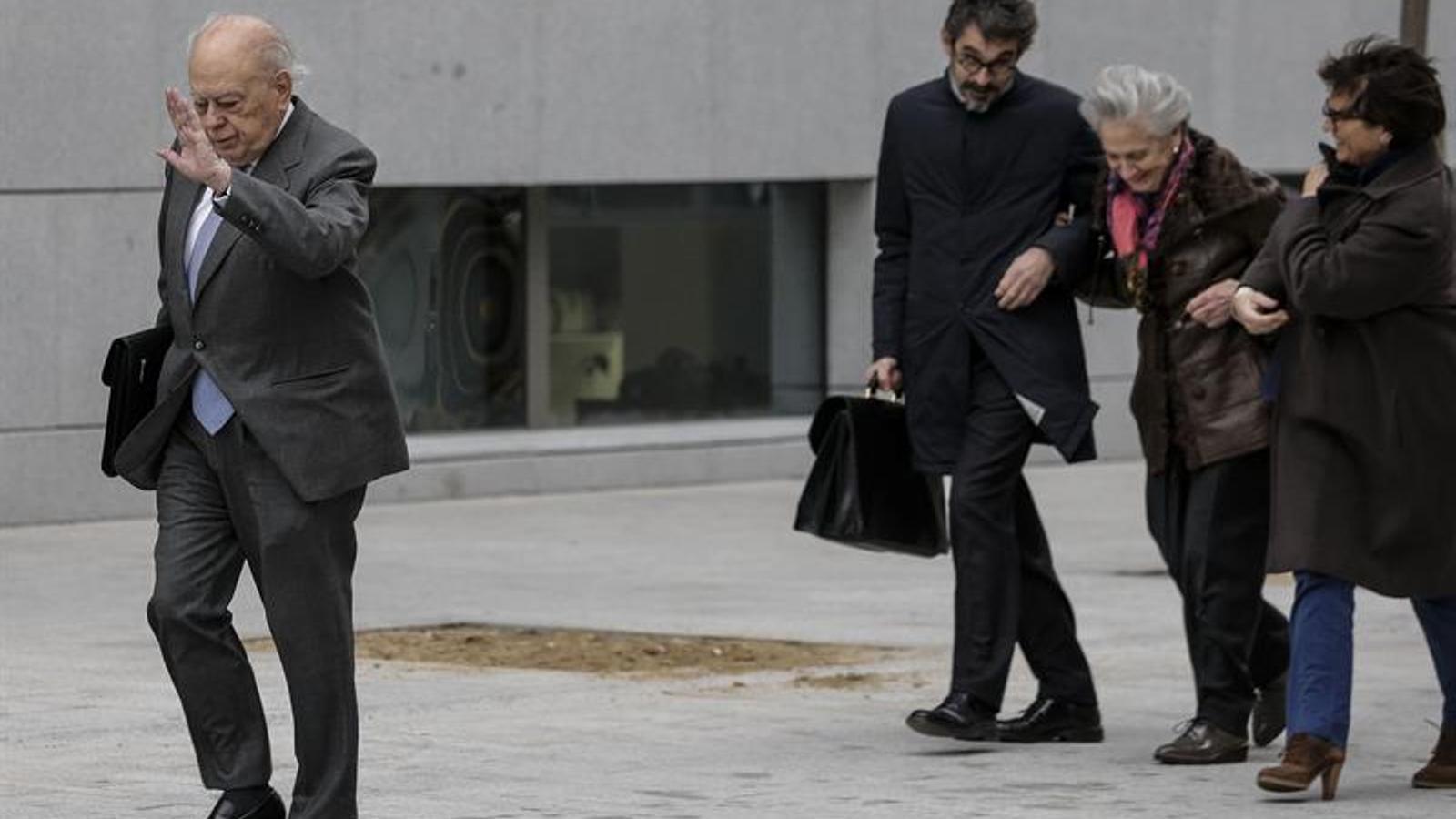 Jordi Pujol Soley i Marta Ferrusola amb el seu equip d'advocats a l'entrada de l'Audiència Nacional de Madrid / EFE