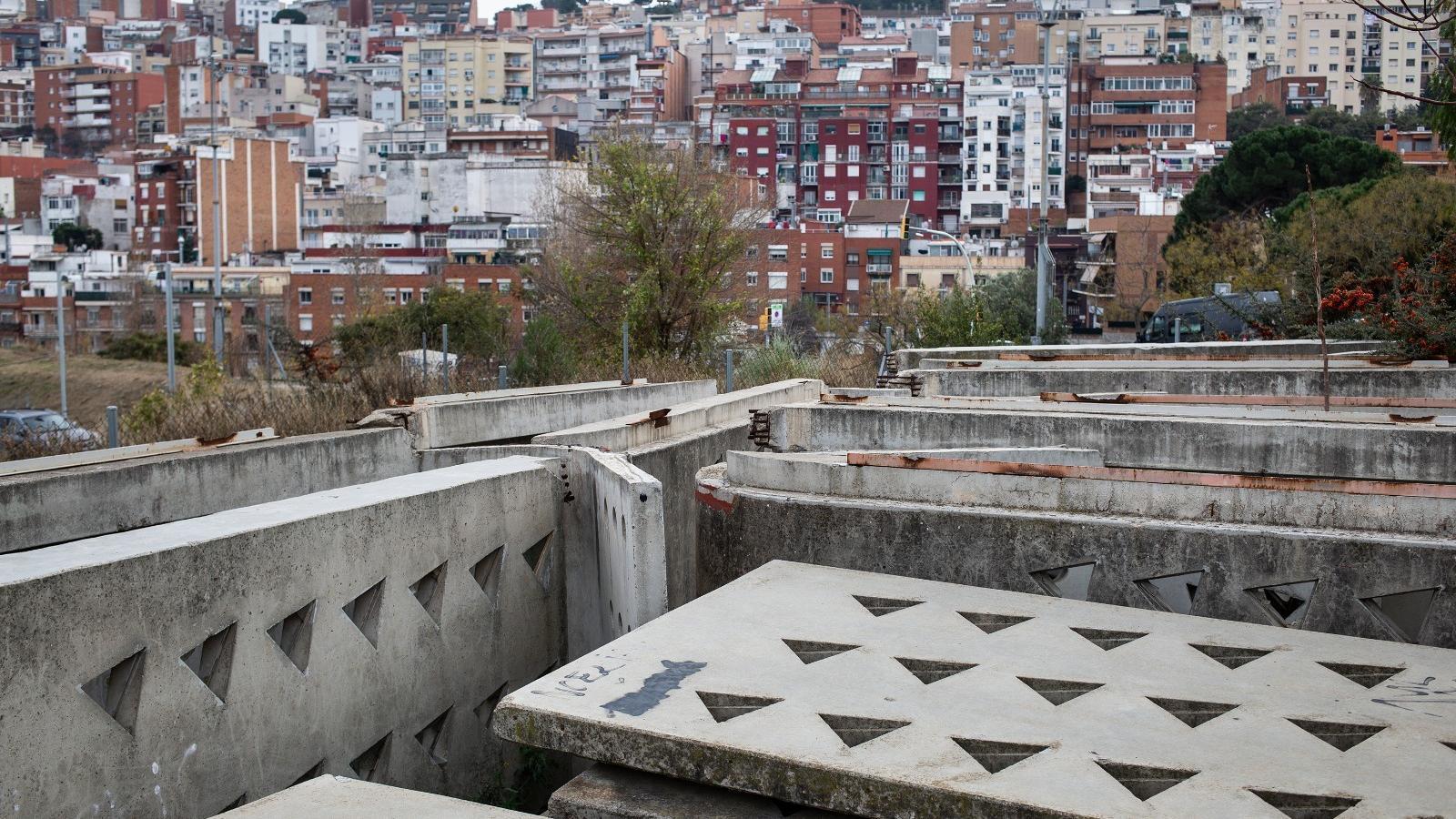 Les peces prefabricades de formigó del pavelló enderrocat les instal·lacions de tir amb arc d'Enric Miralles i Carme Pinós al solar on estan abandonades