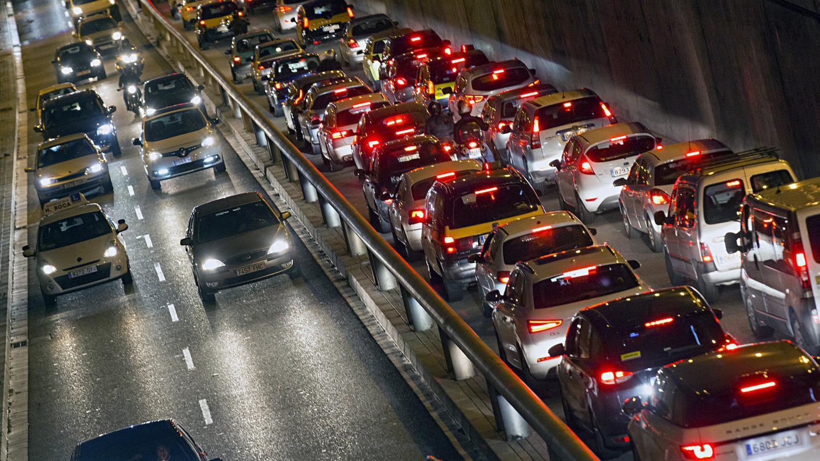 Els canvis normatius per circular per Barcelona han afegit més dificultats a l'hora de triar el cotxe que ens comprem.