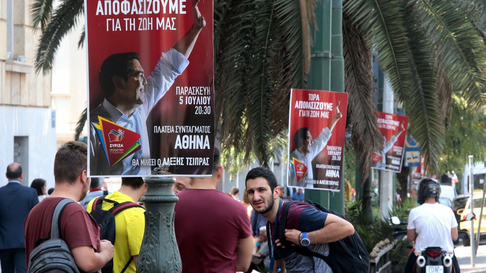 Diversos cartells electorals del partit d'Alexis Tsipras en un carrer del centre d'Atenes.