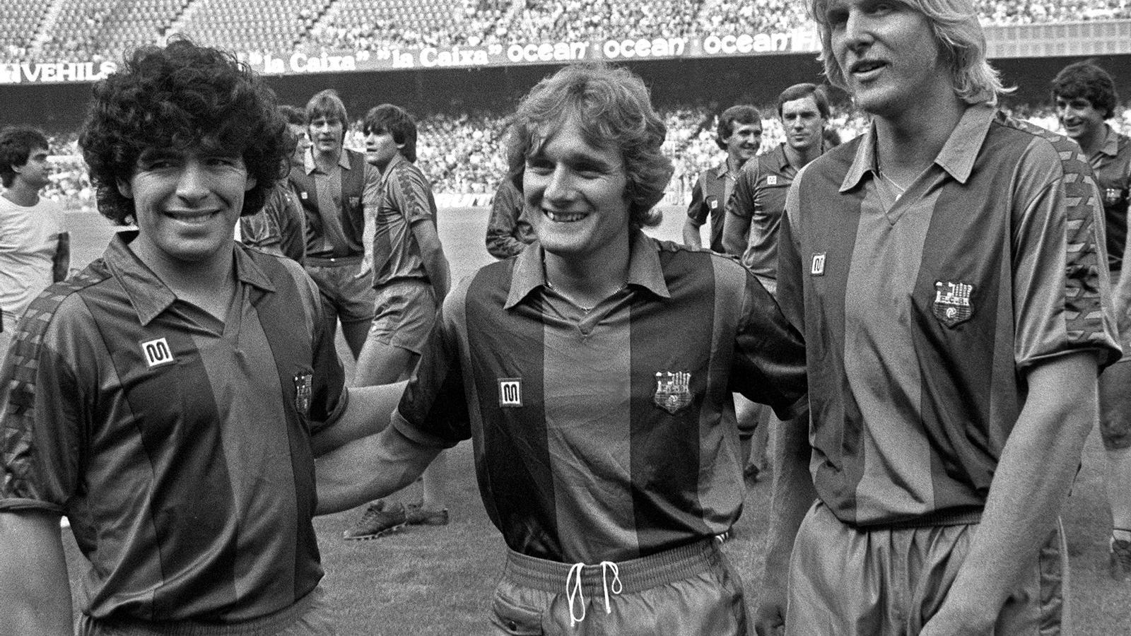 Diego Armando Maradona, posa amb els seus nous companys, Simonsen (i) i Schuster (d), durant la presentació de la plantilla del Barça el 1982