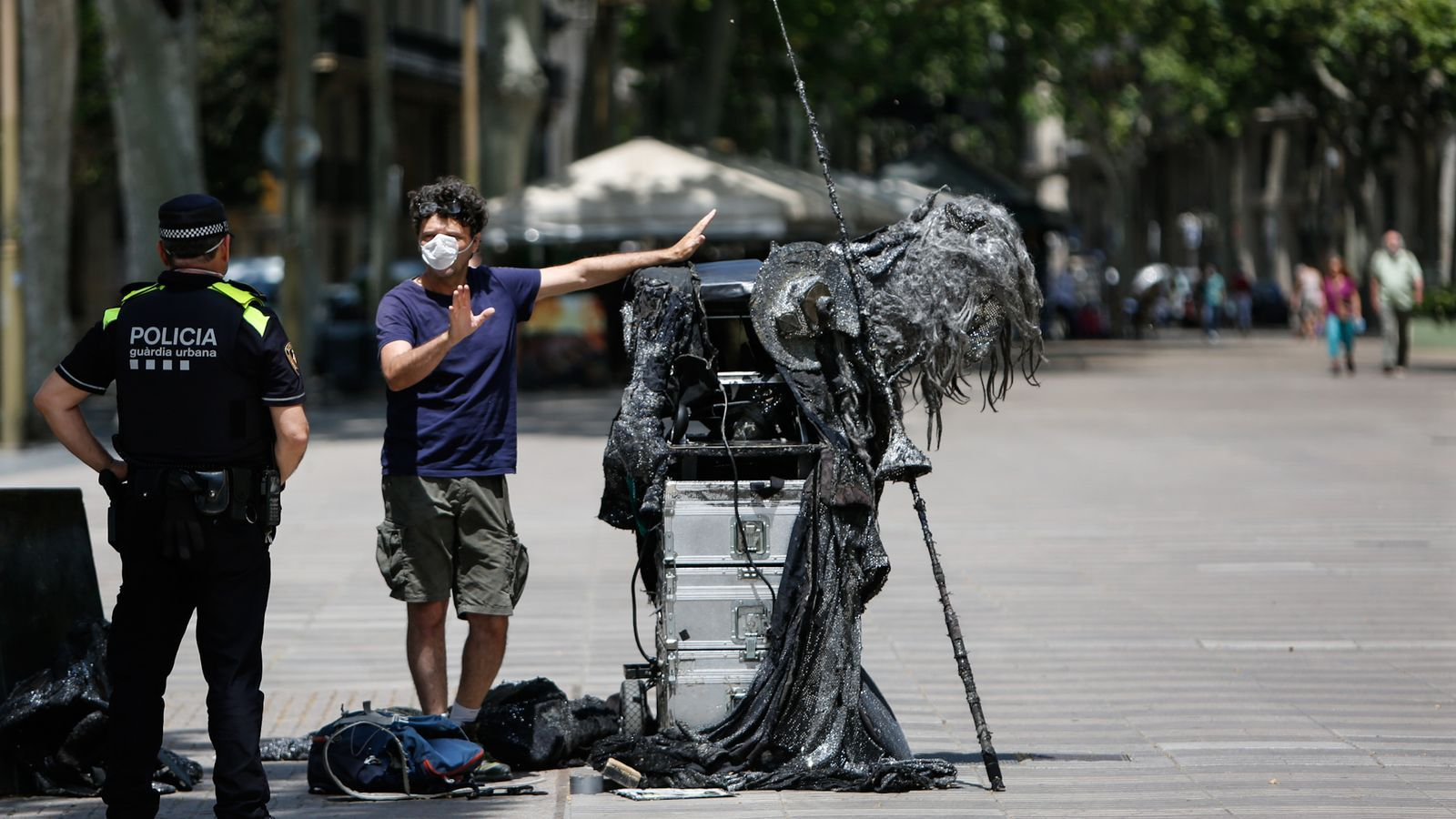 Una de les estàtues de la Rambla sota la vigilància de la Guàrdia Urbana