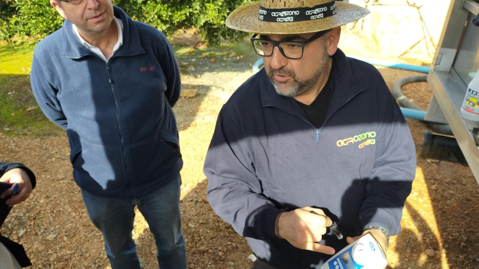 Carlos Martínez explicant el sistema d'ozonificació de l'aigua.