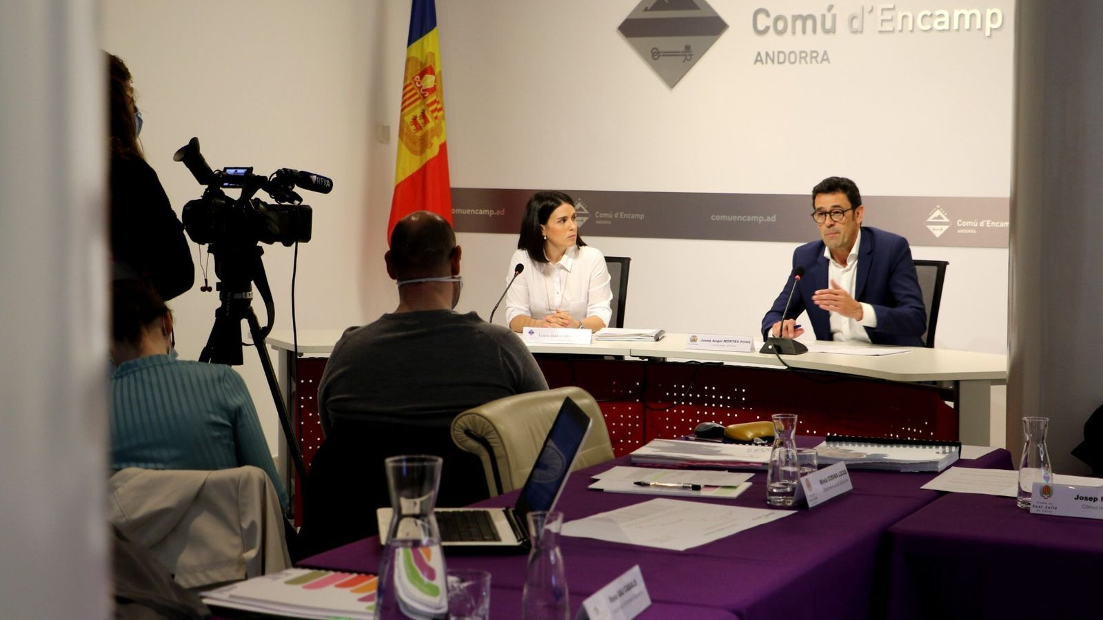 Laura Mas i Josep Àngel Mortés, durant la roda de premsa posterior a la reunió de cònsols. / E.C. (ANA)