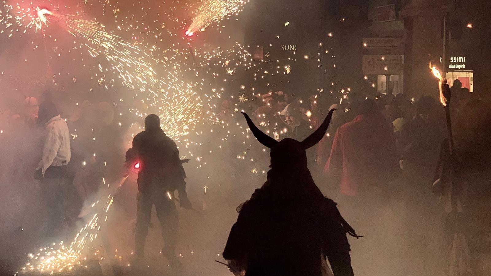 Sis colles de dimonis i una nova òliba cremen els carrers de Palma