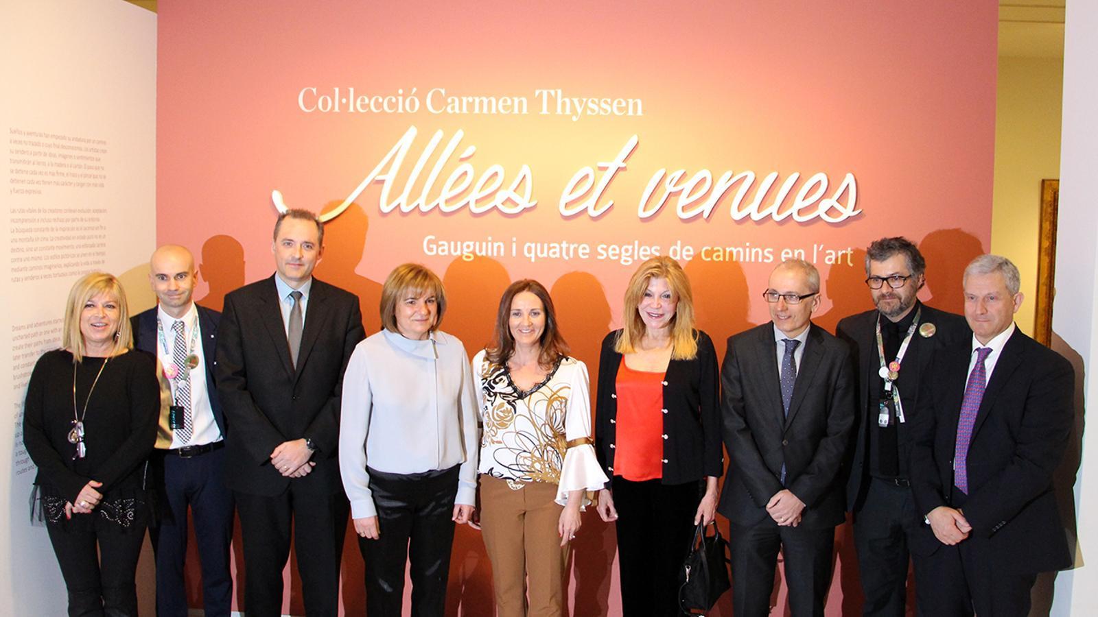 Fotografia de família de les autoritats davant de l'entrada de la nova exposició del Museu Carmen Thyssen Andorra, amb la baronessa Thyssen al centre (de vermell). / M. M. (ANA)