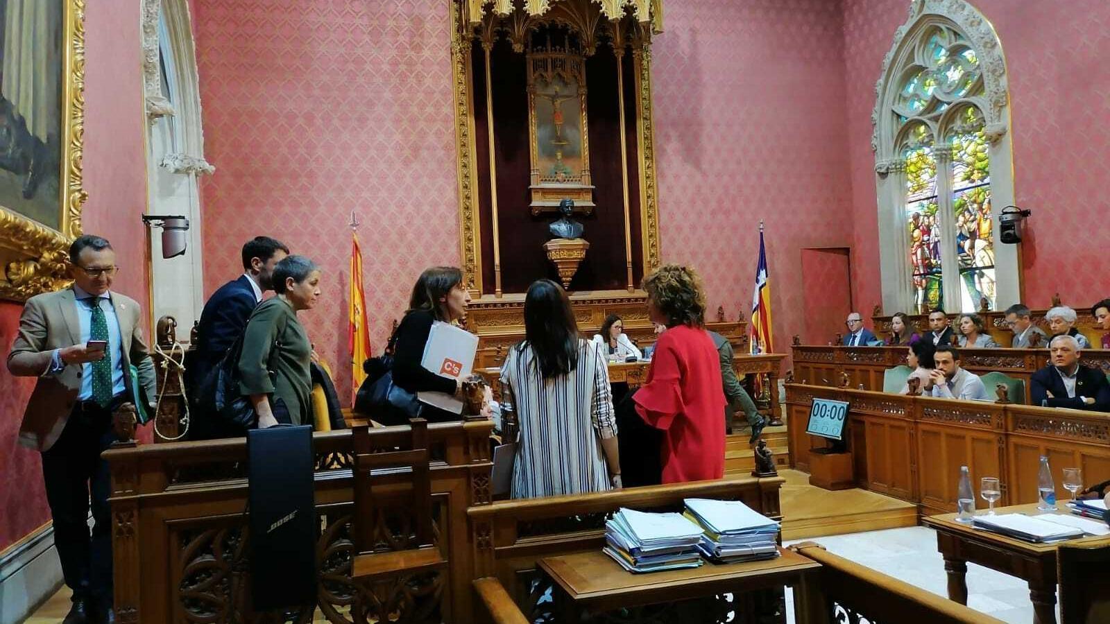 Els consellers de Ciutadans i El Pi abandonant el ple del Consell de Mallorca