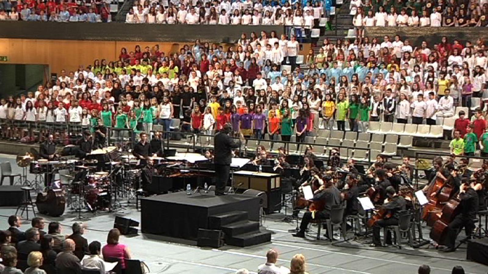 3.000 nens estrenen la cantata 'Set dies que van canviar el món'