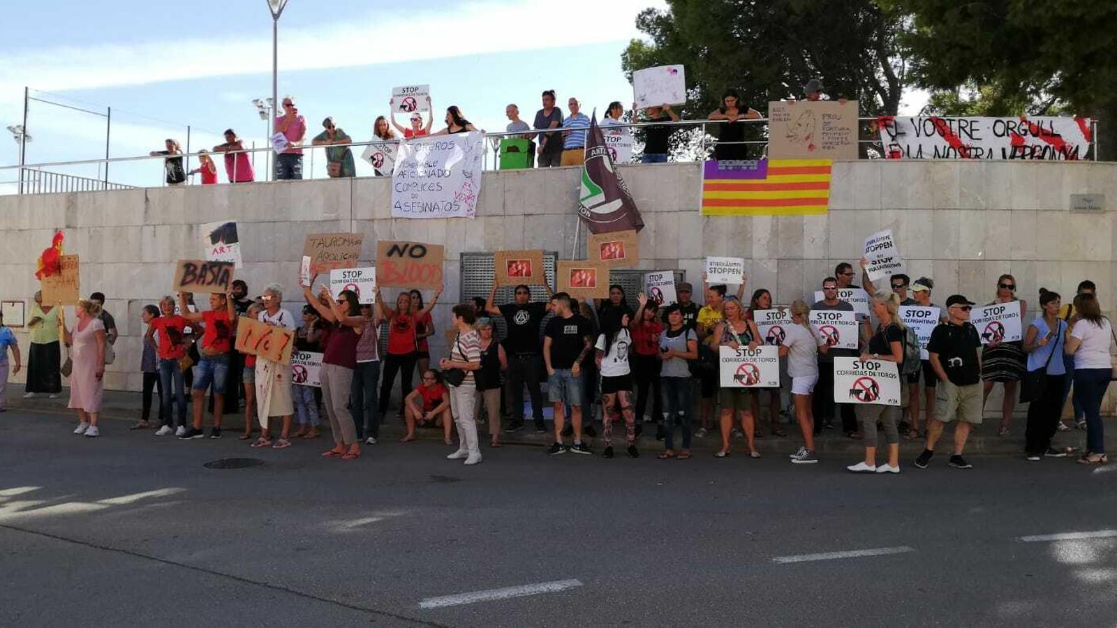 Protesta antitaurina davant la plaça de toros d'Inca