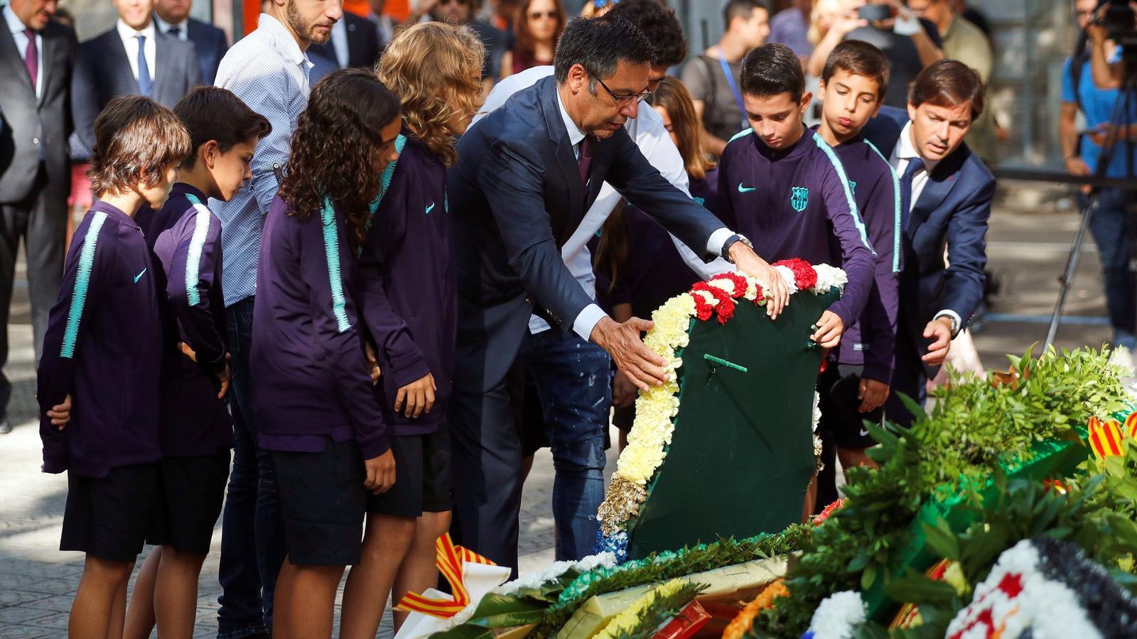 Barça i Espanyol fan la tradicional ofrena floral de la Diada