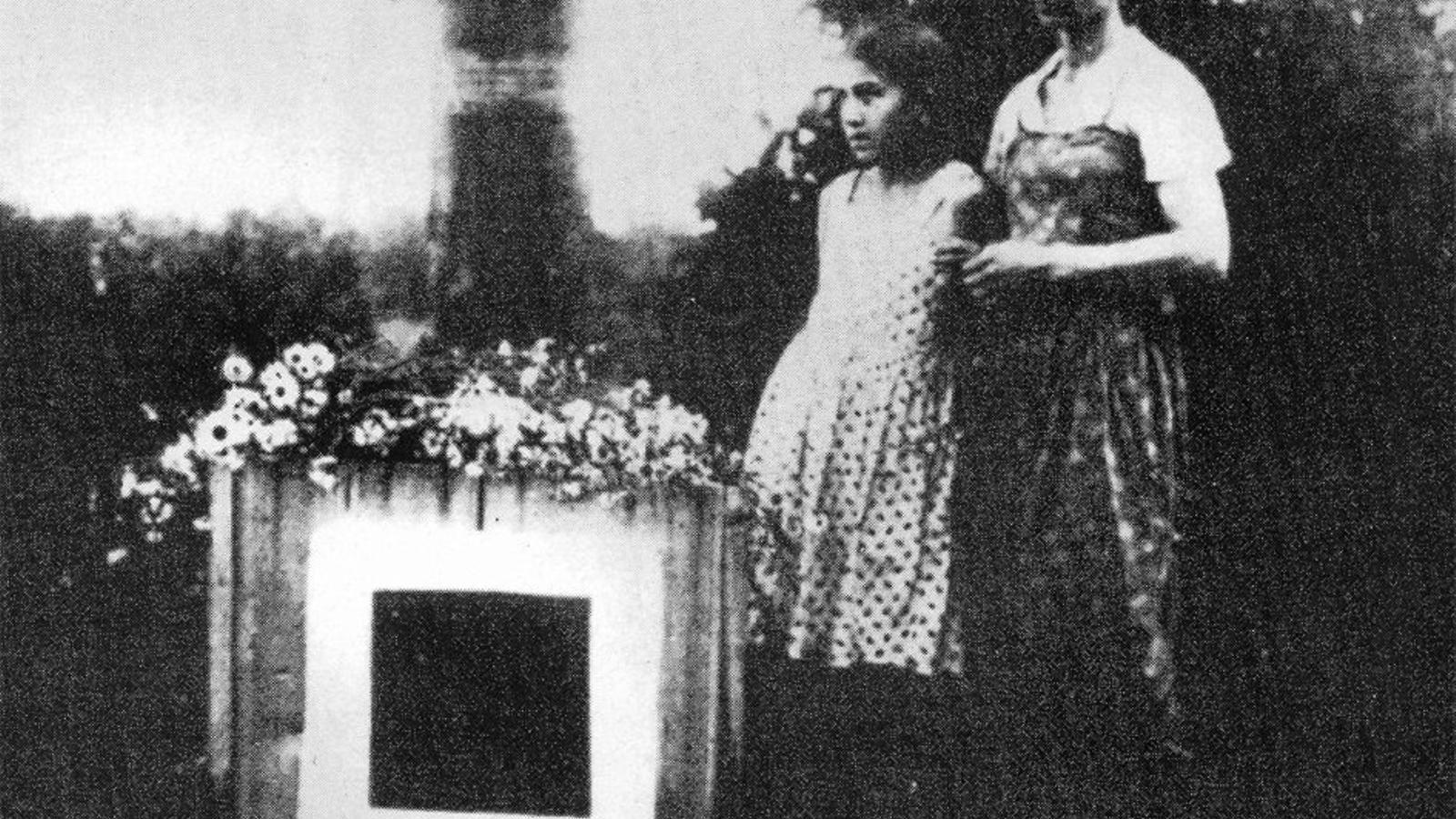 Natàlia, la segona dona de Màlevitx, amb la seva filla Una al costat del cub que marcava el lloc on es van enterrar les cendres de l'artista, a la finca de Nemtxinovka