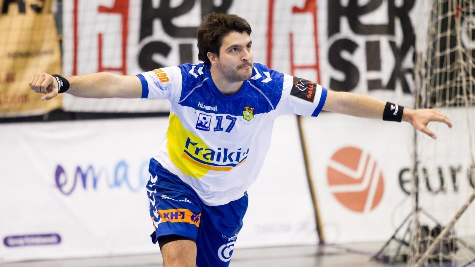 El capità David Resina celebra un gol a l'Olímpic de Granollers
