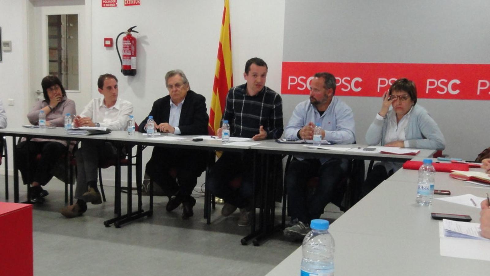 José Crespín, el segon per l'esquerra amb camisa blanca, en una reunió del PSC a Lleida.