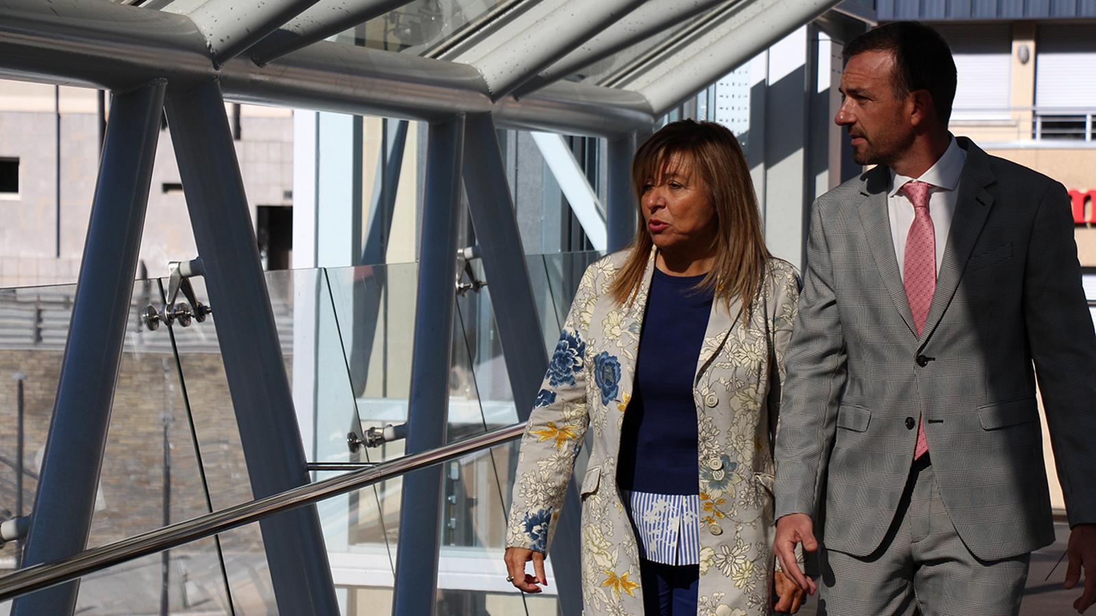 La cònsol major d'Andorra la Vella, Conxita Marsol, i el ministre d'Ordenament Territorial, Jordi Torres, visiten el pas elevat en el dia de la inauguració. / M. M. (ANA)