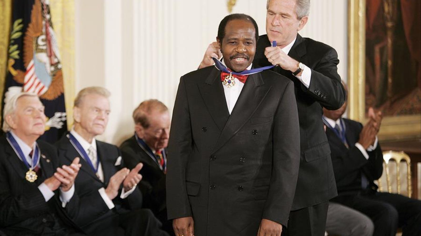 Rusesabagina rebent la Medalla de la Llibertat de mans del president George W. Bush per la seva protecció dels tutsis en el genocidi, el 9 de novembre del 2005