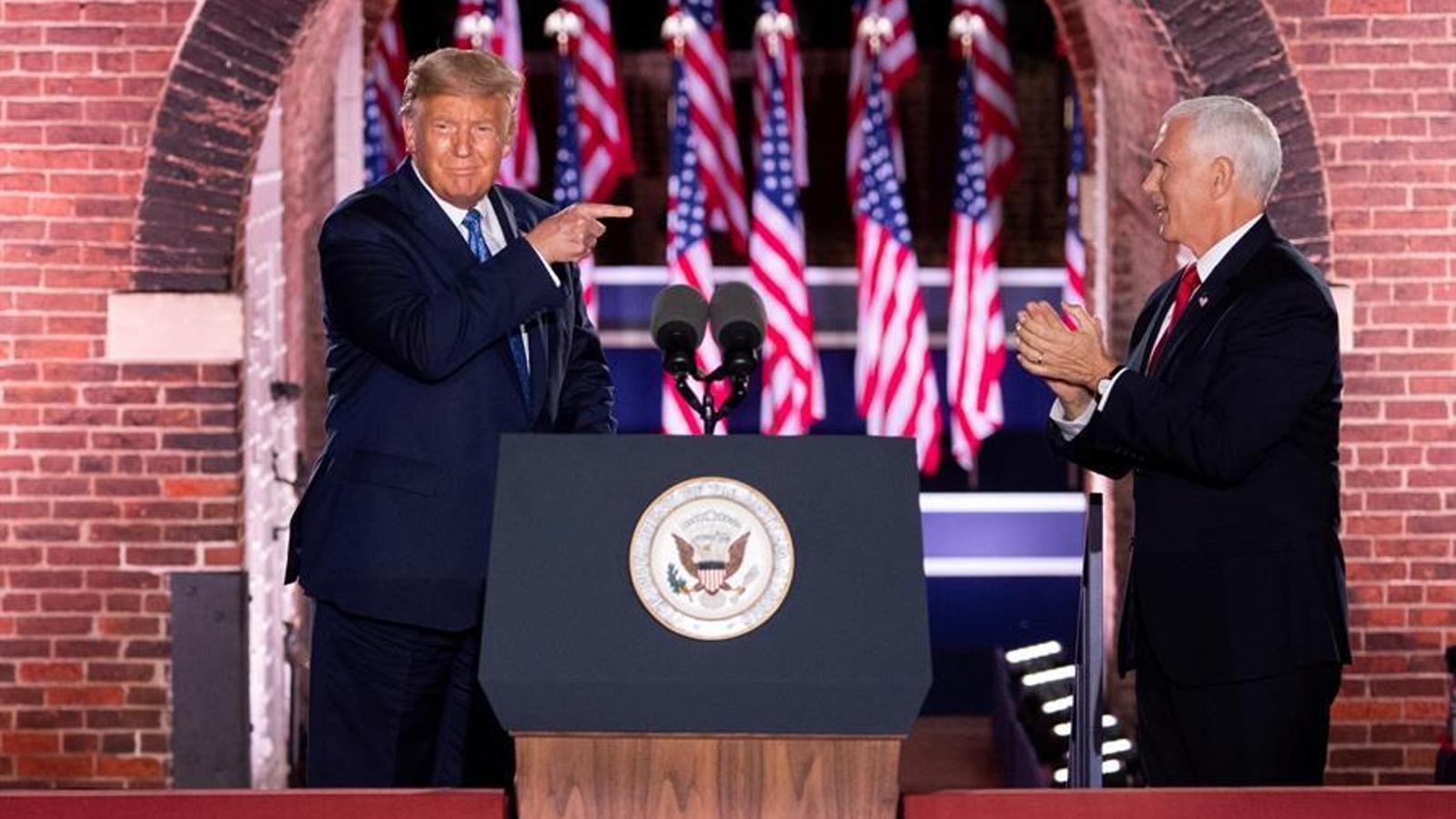 El president dels Estats Units, Donald Trump, assenyala el vicepresident, Mike Pence, després del seu discurs a la convenció del Partit Republicà