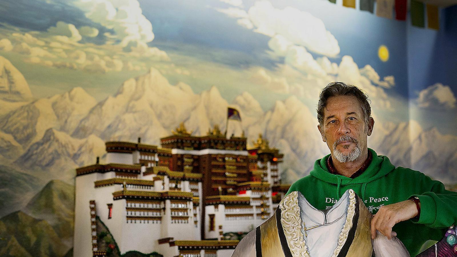 El pintor Pau Nubiola fotografiat a la Casa del Tibet a Barcelona.